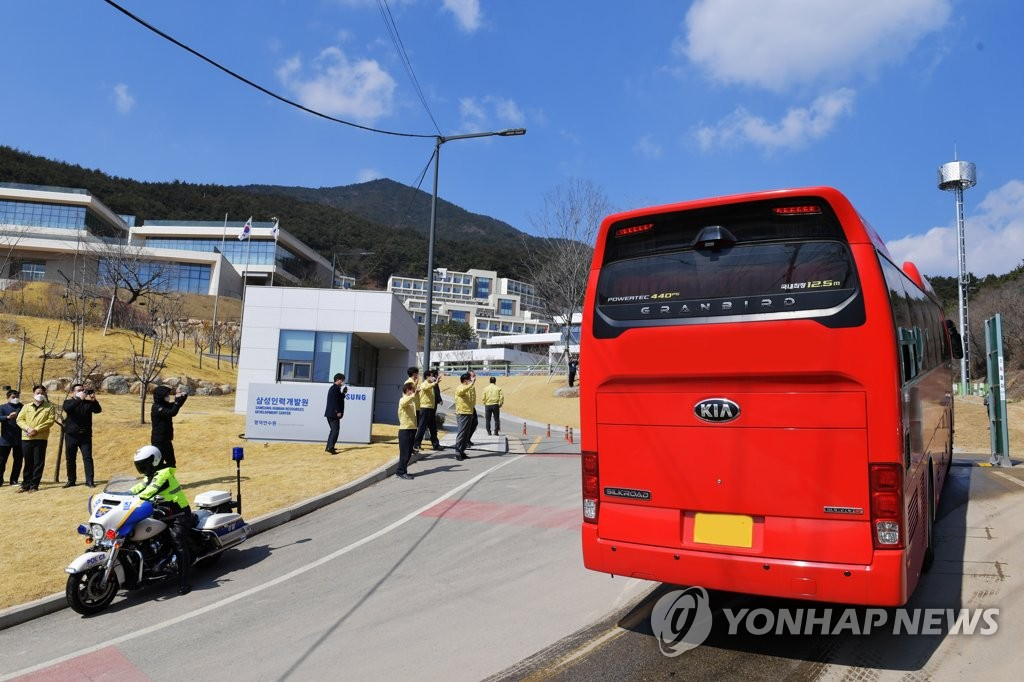 A bus carrying novel coronavirus patients with mild symptoms arrives at Samsung Group's human resources training institute in Yeongdeok County, North Gyeongsang Province, on March 4, 2020, in this photo provided by Yeongdeok County. Samsung has said its training institute will be used as a virus treatment center. (PHOTO NOT FOR SALE) (Yonhap)