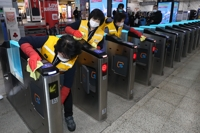 (LEAD) Seoul subways to get contactless gates by 2023: city gov't