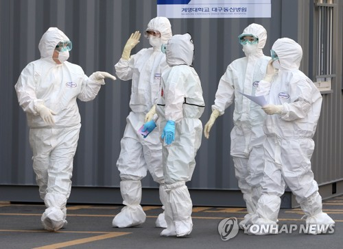 (LEAD) S. Korea sends military planes to secure more medical gowns amid anti-virus efforts