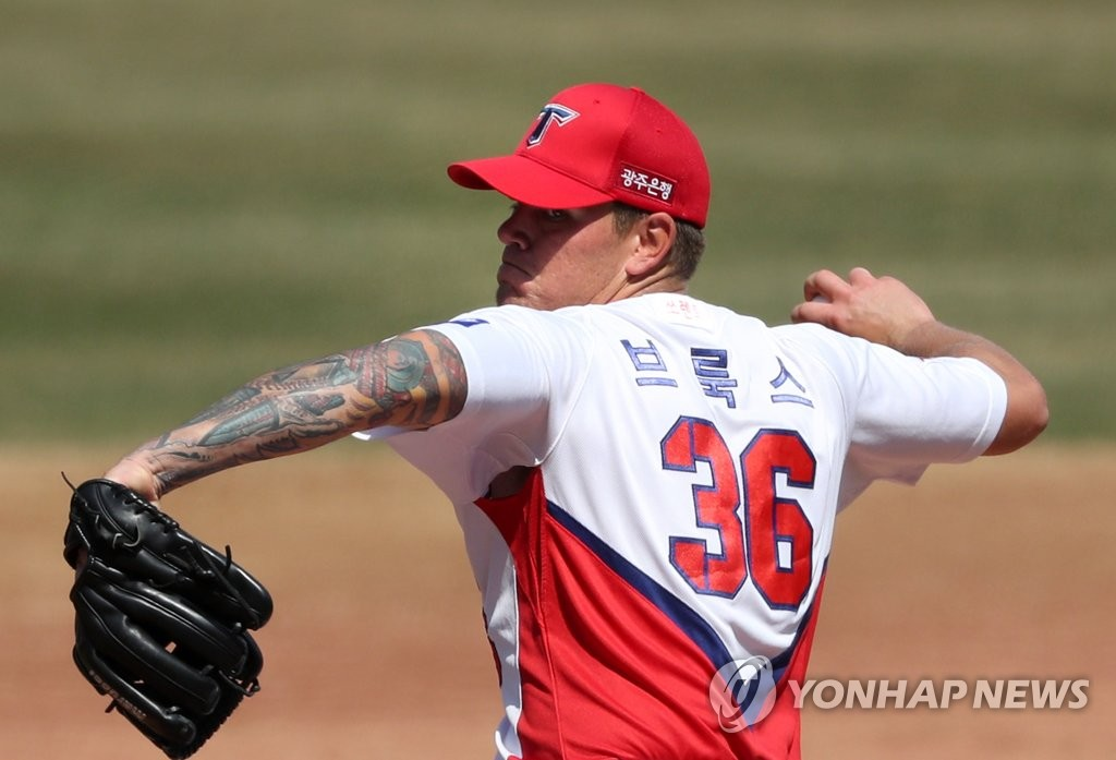 In this file photo from March 23, 2020, Aaron Brooks of the Kia Tigers pitches in an intrasquad game at Gwangju-Kia Champions Field in Gwangju, 330 kilometers south of Seoul. (Yonhap)