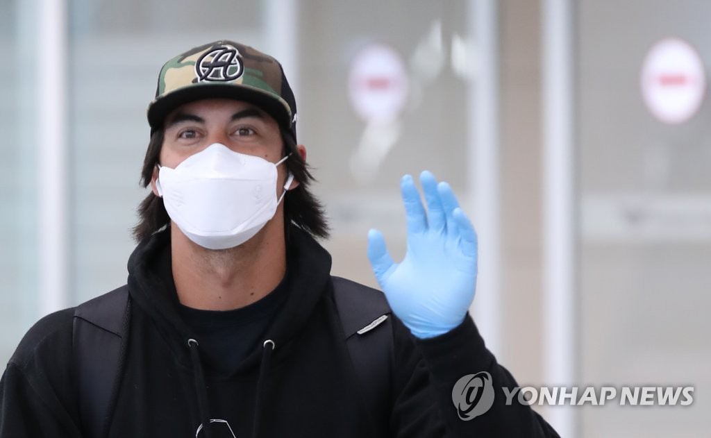 Tyler Saladino of the Samsung Lions waves at cameras after arriving at Incheon International Airport in Incheon, west of Seoul, on March 24, 2020. (Yonhap)