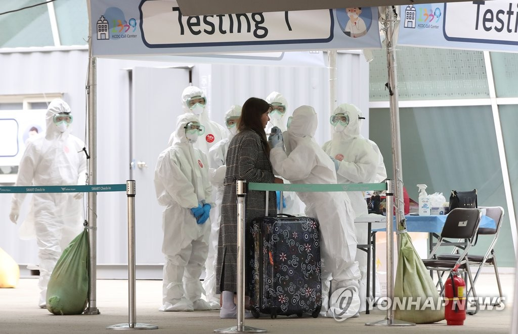 A foreign traveler is tested for the new coronavirus at an outdoor testing center at Incheon International Airport, west of Seoul, on March 26, 2020. (Yonhap)