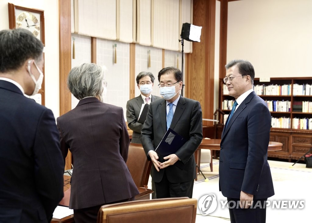 Moon talks to officials after special G-20 conference