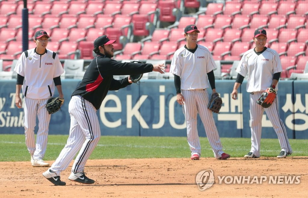 Roberto Ramos of the LG Twins (2nd from L) takes part in a fielding drill at Jamsil Stadium in Seoul on April 8, 2020. (Yonhap)