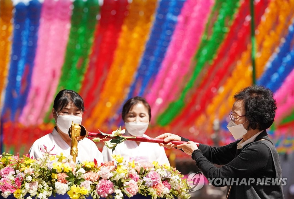 Buddhist followers wearing protective masks attend a service at Joggye Temple in central Seoul on April 29, 2020. (Yonhap)