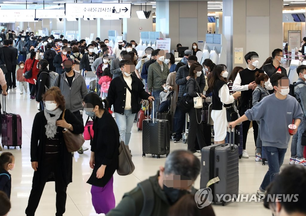 The departure hall of Gimpo International Airport in Seoul is packed with travelers on April 30, 2020, the first day of a long holiday that runs through May 5. (Yonhap)