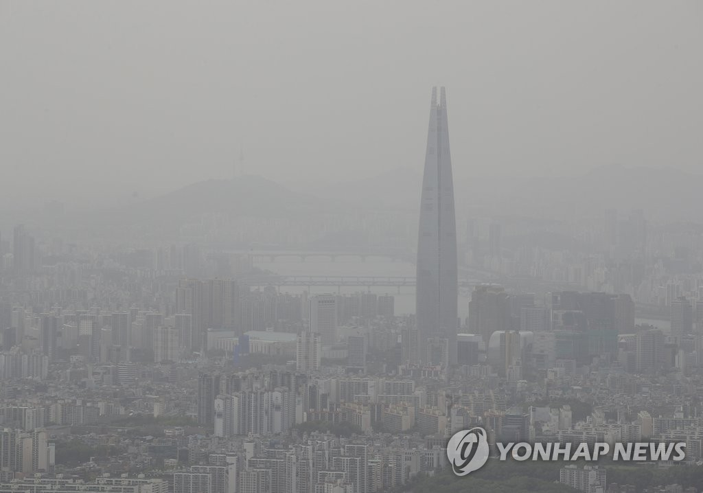 This photo, taken in Gyeonggi Province on May 11, 2020, shows southern Seoul covered in fine dust. A fine dust advisory was issued on the day. (Yonhap)