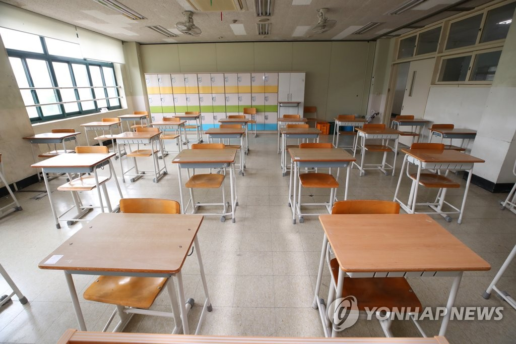 Desks at a high school classroom in Seoul are aligned while keeping distances in this photo taken on May 18, 2020. High school seniors will return to classrooms on May 20, nearly three months later than usual due to the new coronavirus pandemic. (Yonhap)