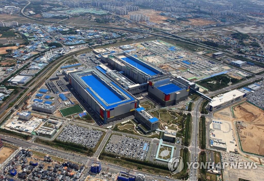 This photo, provided by Samsung Electronics Co. on May 21, 2020, shows the company's chip plant in Pyeongtaek, south of Seoul. (PHOTO NOT FOR SALE) (Yonhap)