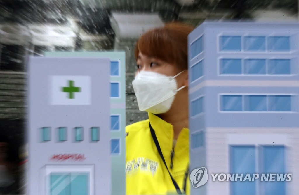 A drill for the systematic use of hospital beds is under way at the National Medical Center in Seoul on June 5, 2020, to prepare for possible coronavirus mass infections in metropolitan areas. The drill was arranged by the Central Disaster and Safety Countermeasures Headquarters. (Yonhap)