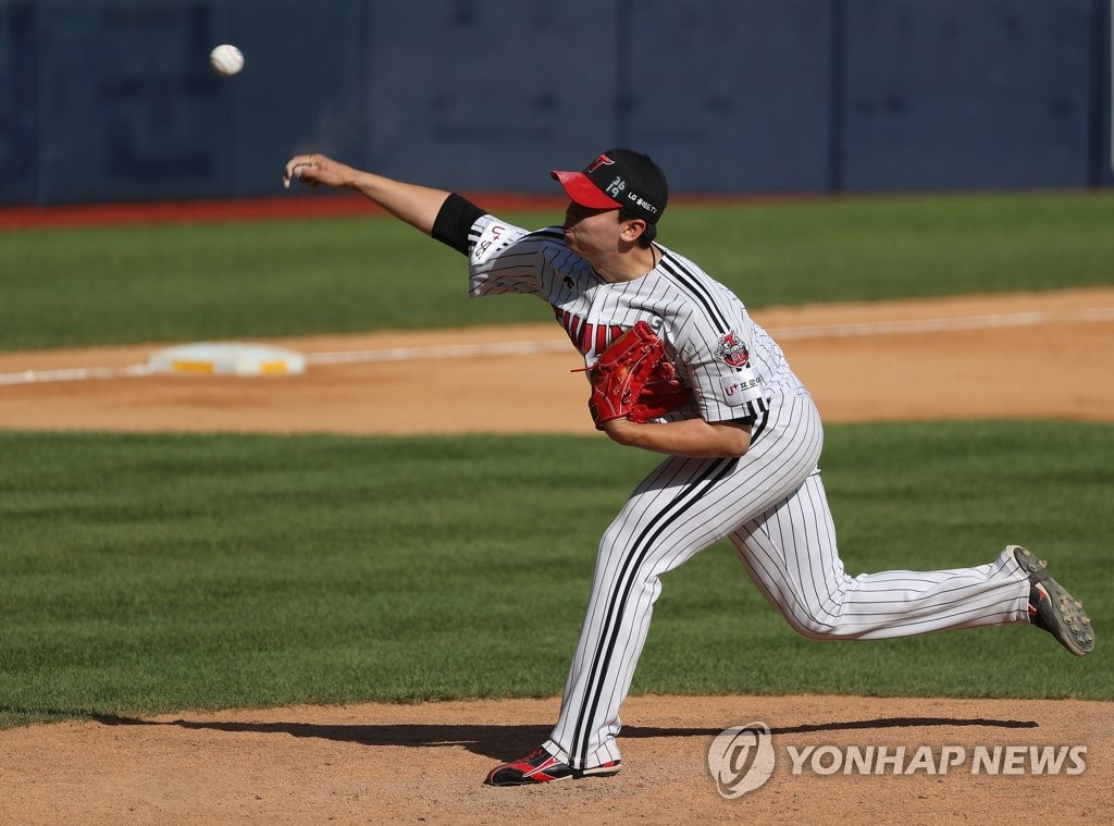 Lee Min-ho of the LG Twins pitches against the SK Wyverns in the first game of a Korea Baseball Organization regular season double header at Jamsil Baseball Stadium in Seoul on June 11, 2020. (Yonhap)