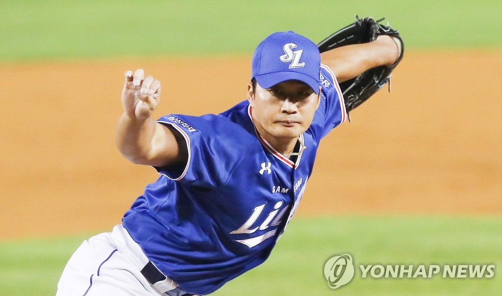 Oh Seung-hwan of the Samsung Lions pitches against the Doosan Bears in a Korea Baseball Organization regular season game at Jamsil Baseball Stadium in Seoul on June 16, 2020. Oh closed out a 4-3 victory for his 400th professional save. (Yonhap)