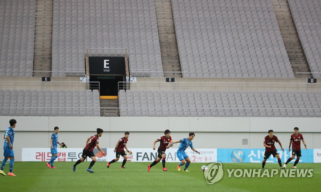 This file photo from June 20, 2020, shows a K League 1 match between FC Seoul and Ulsan Hyundai FC being played without fans at Seoul World Cup Stadium in Seoul. (Yonhap)