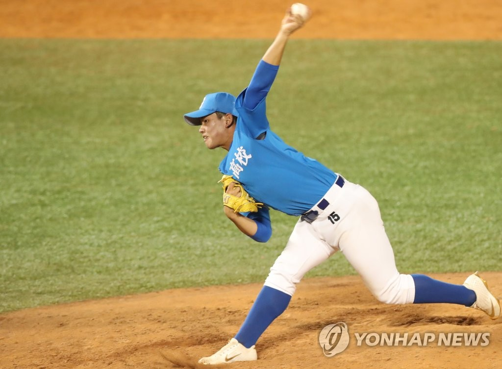 In this file photo from June 22, 2020, Kim Jin-wook of Gangneung High School pitches against Gimhae High School in the final of the Golden Lion National High School Baseball Tournament at Mokdong Stadium in Seoul. (Yonhap)
