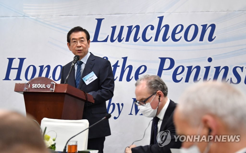 This photo, provided by the Seoul metropolitan government, shows Seoul Mayor Park Won-soon speaking to ambassadors of the Peninsula Club during a luncheon at Seoul City Hall in central Seoul on June 25, 2020. (PHOTO NOT FOR SALE) (Yonhap)