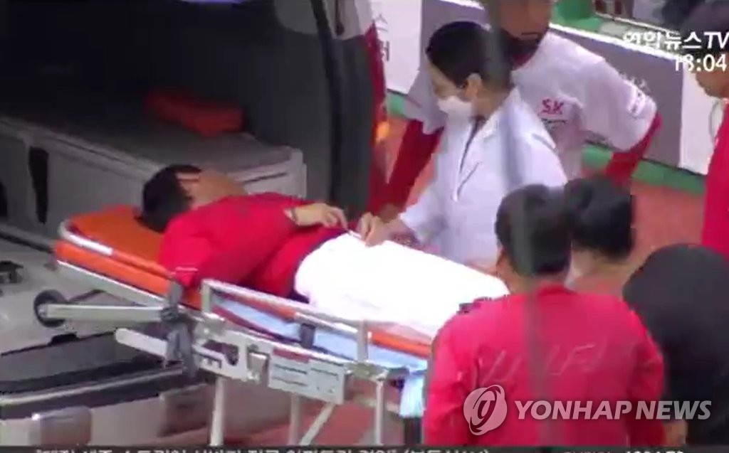 This image from a Yonhap News TV broadcast shows SK Wyverns' manager Youm Kyoung-youb being transferred to an ambulance on a stretcher after he collapsed during a Korea Baseball Organization game between the SK Wyverns and the Doosan Bears at SK Happy Dream Park in Incheon on June 25, 2020. (PHOTO NOT FOR SALE) (Yonhap)
