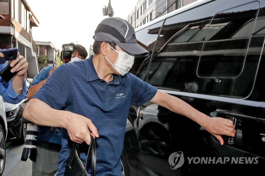North Korean defector Park Sang-hak, the head of Fighters for a Free North Korea, gets in a car in front of the group's office in Seoul on June 26, 2020, after police completed their search and seizure of the office as part of their probe into the group's anti-Pyongyang leafleting campaign. (Yonhap)