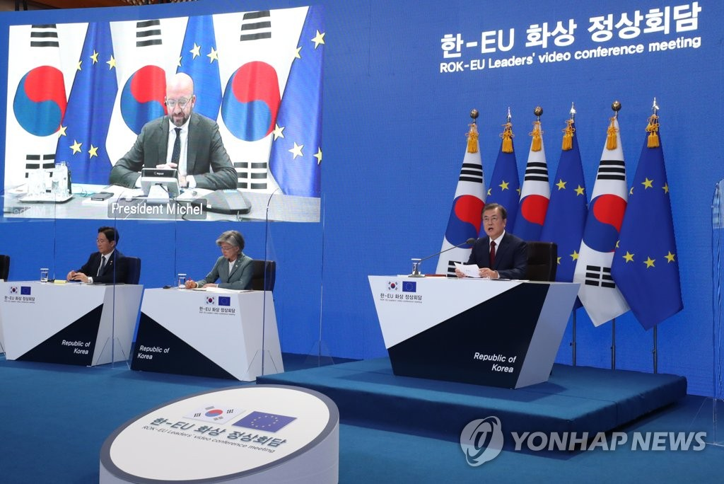 South Korean President Moon Jae-in (R) talks with EU Council President Charles Michel (on screen) at Cheong Wa Dae in Seoul during their virtual summit on June 30, 2020. (Yonhap)