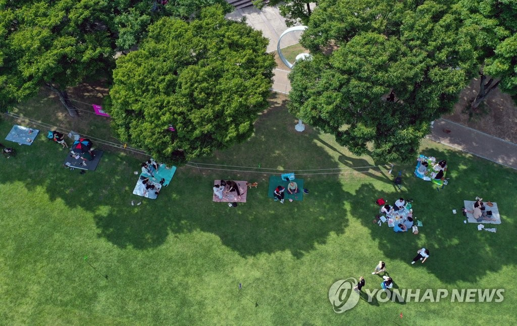 This photo taken July 5, 2020, shows citizens enjoying a picnic at a park in Daegu while keeping a distance from others. (Yonhap)