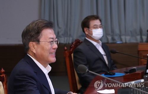 Moon meets senior secretaries