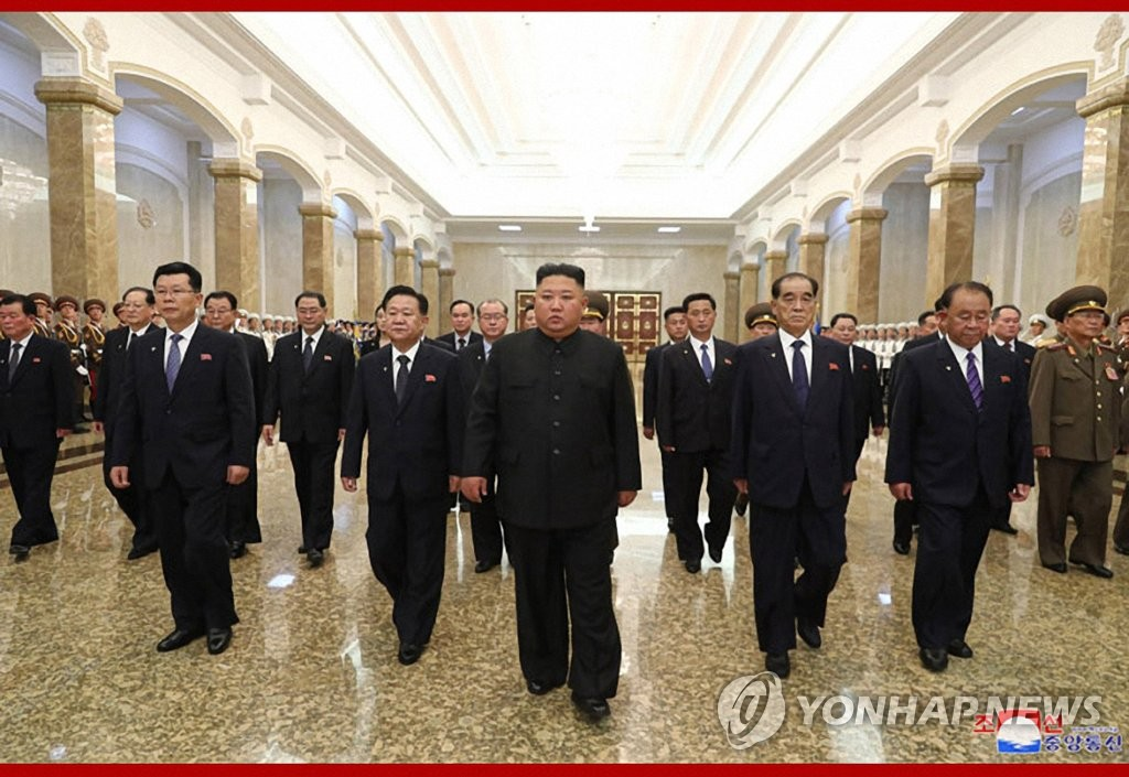 North Korean leader Kim Jong-un (C) visits the Kumsusan Palace of the Sun to mark the 26th anniversary of the death of his late grandfather and state founder Kim Il-sung, in this photo disclosed by the Korean Central News Agency on July 8, 2020. (For Use Only in the Republic of Korea. No Redistribution) (Yonhap)