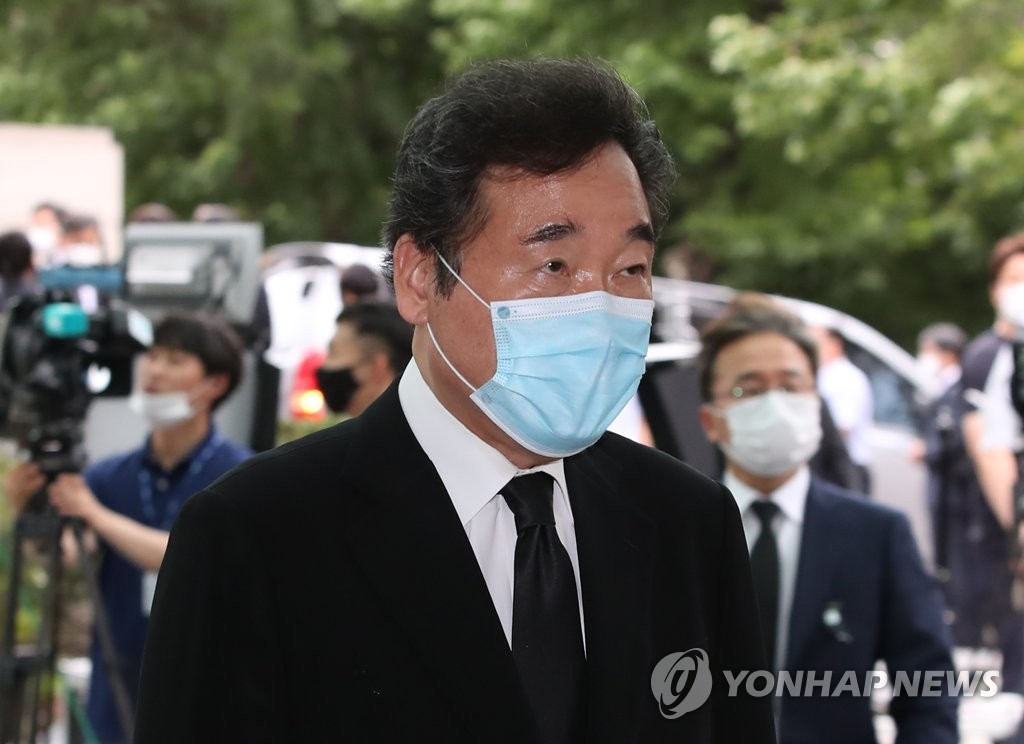 Former Prime Minister Lee Nak-yon visits Seoul National University Hospital in the capital city on July 10, 2020, to pay tribute to Seoul Mayor Park Won-soon, who was found dead in an apparent suicide earlier in the day. (Yonhap)