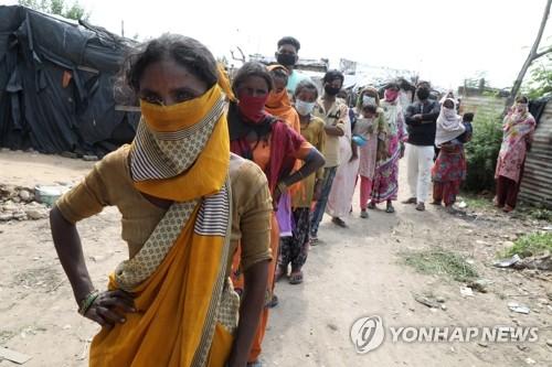 코로나19 검사 기다리는 인도 빈민가 주민들[EPA=연합뉴스 자료사진]
