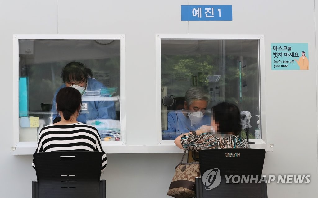 Citizens wait to receive virus tests at a testing center Seoul on July 17, 2020. (Yonhap)