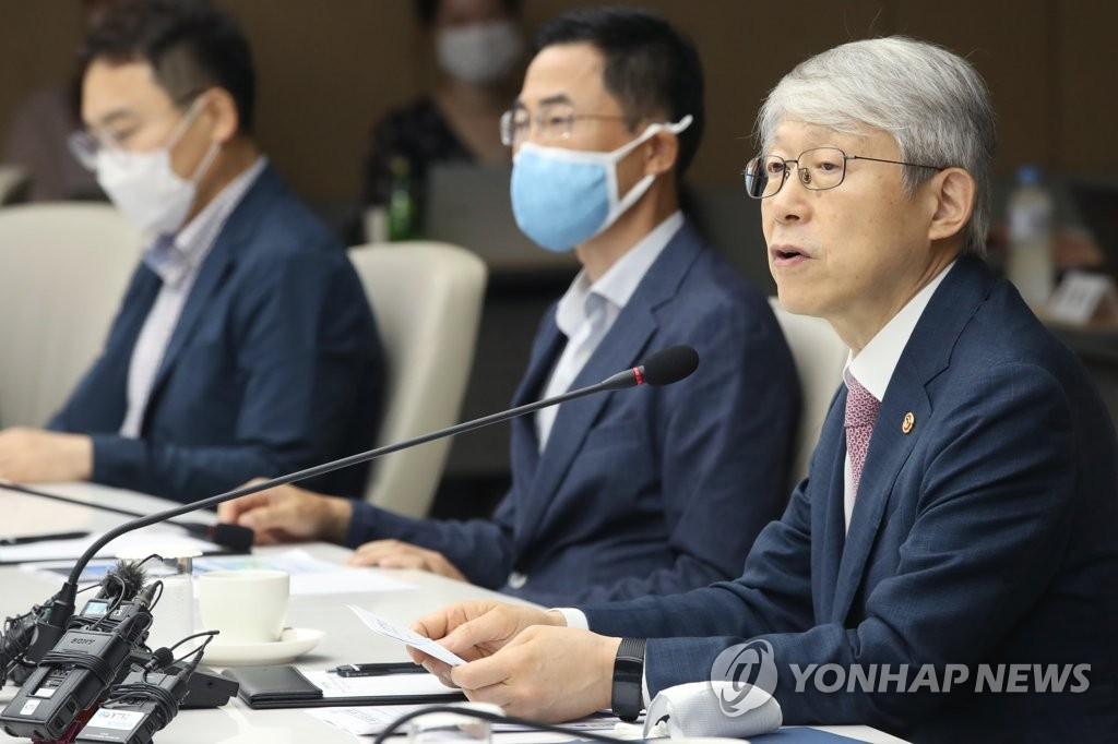 Science Minister Choi Ki-young (R) speaks at a gathering of researchers who conducted primate infection model tests to find ways to combat COVID-19, in downtown Seoul, on Aug. 5, 2020. (Yonhap)