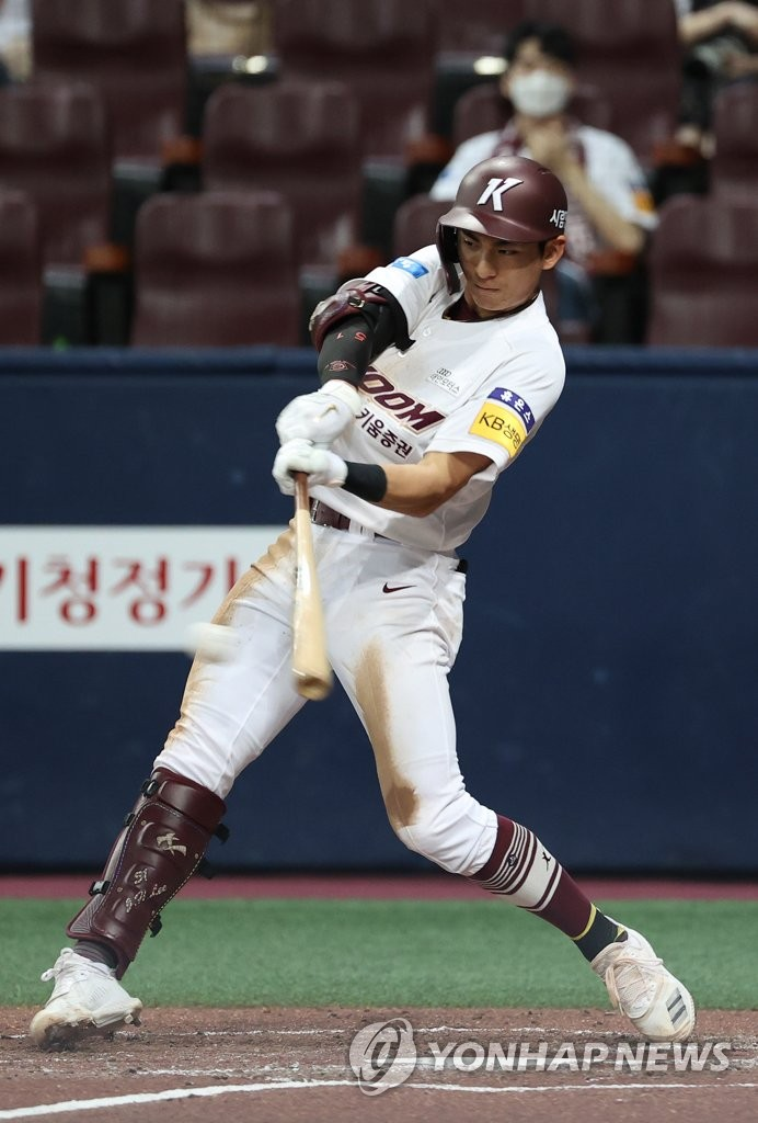 In this file photo from Aug. 9, 2020, Lee Jung-hoo of the Kiwoom Heroes connects for a hit against the LG Twins during a Korea Baseball Organization regular season game at Gocheok Sky Dome in Seoul. (Yonhap)