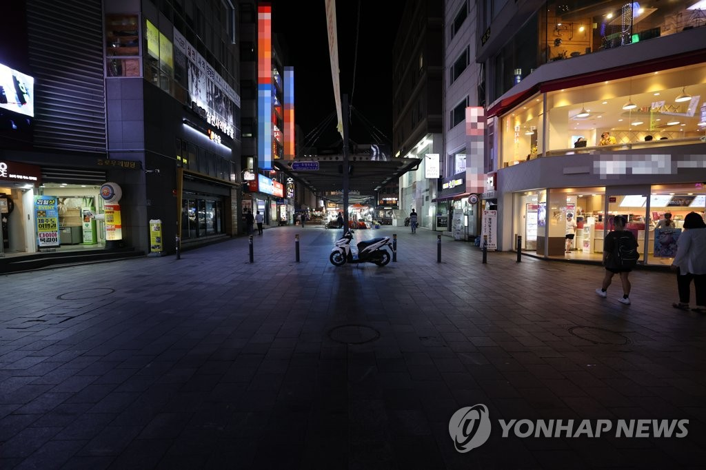 A street in Jongno, one of the busiest districts in Seoul, is mostly empty on Aug. 19, 2020, as high-risk facilities, including karaoke rooms, clubs and PC cafes, were ordered to shut down for two weeks amid a spike in coronavirus cases in the country. (Yonhap)
