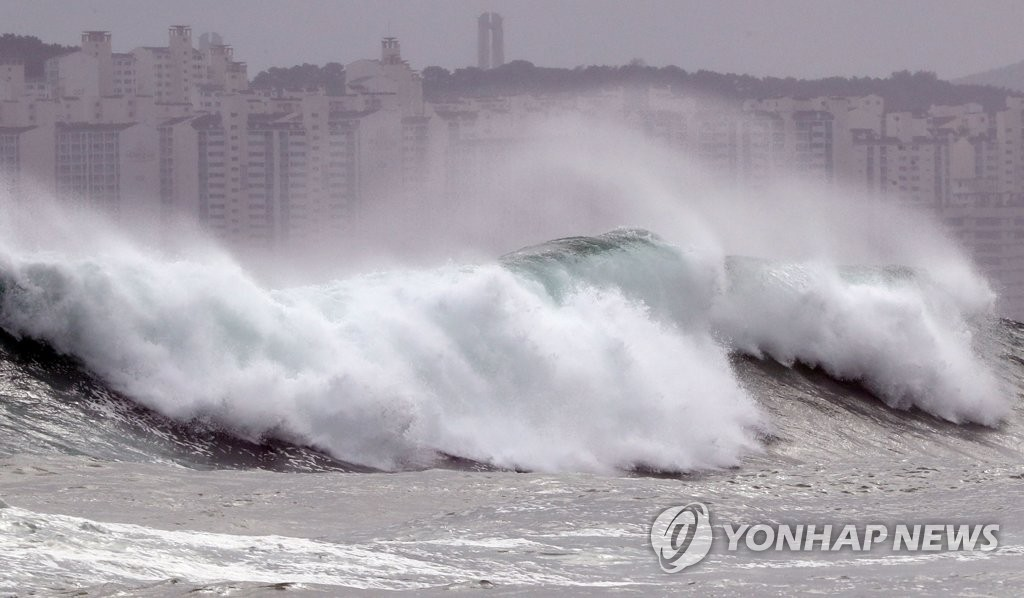 Strong waves roll toward Haeundae Beach in the southeastern port city of Busan on Aug. 26, 2020. (Yonhap)