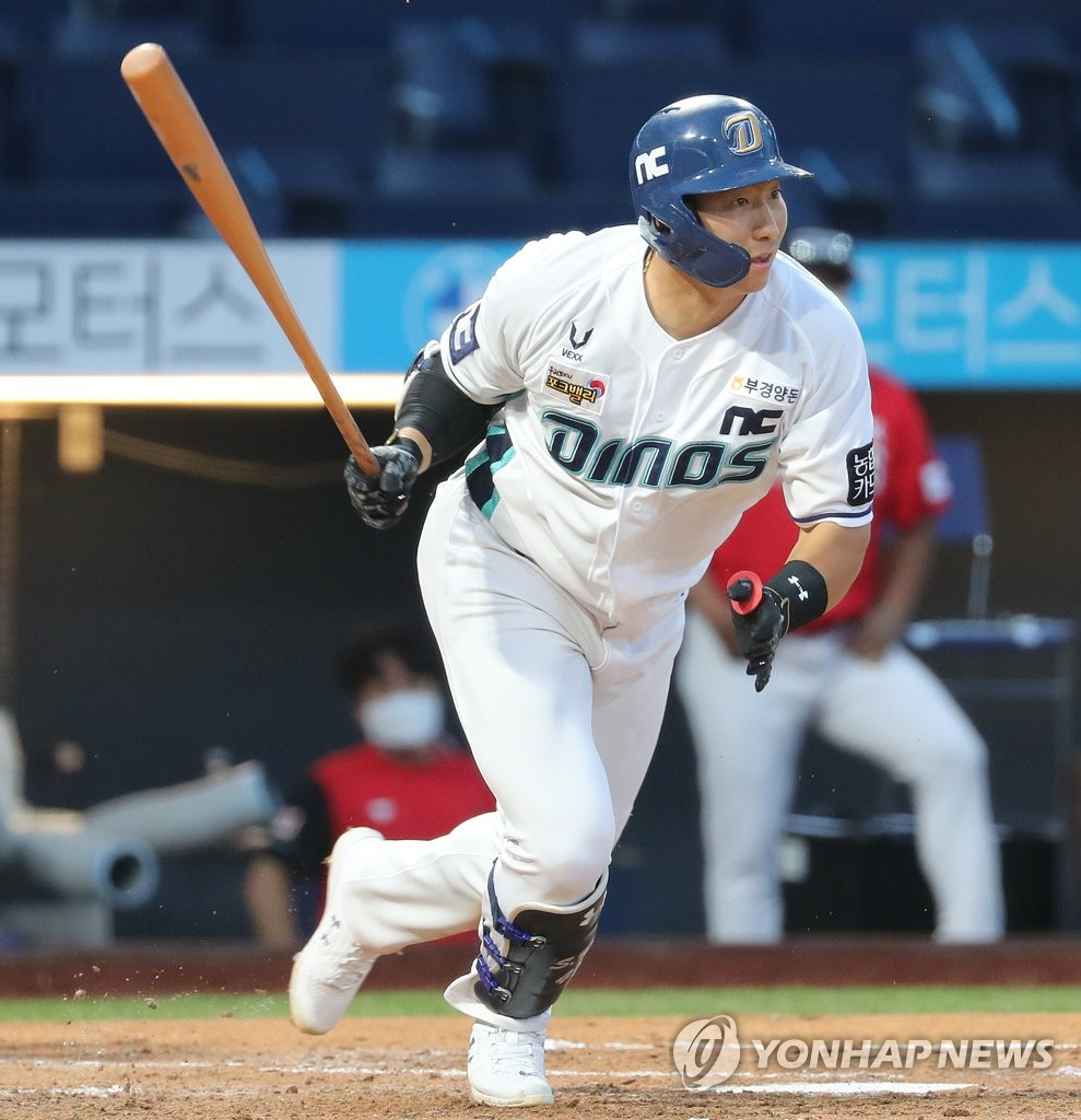 In this file photo from Aug. 29, 2020, Na Sung-bum of the NC Dinos heads to first base after hitting a ground ball against the SK Wyverns during a Korea Baseball Organization regular season game at Changwon NC Park in Changwon, 400 kilometers southeast of Seoul. (Yonhap)