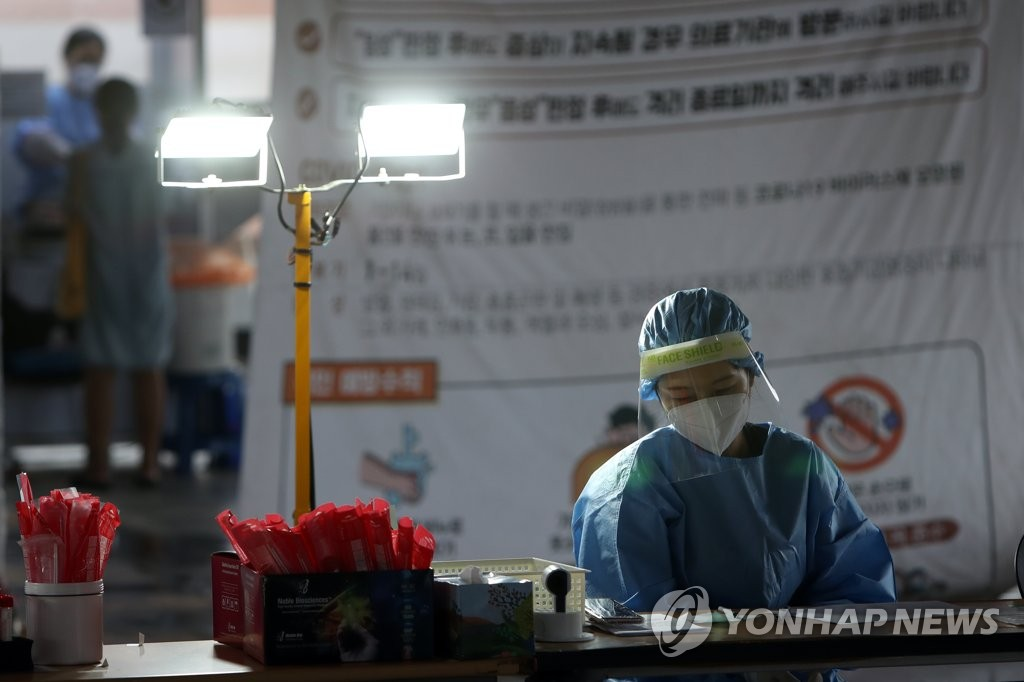 A medical worker works at a makeshift clinic in Gwangju, 320 kilometers south of Seoul, on Sept. 9, 2020. (Yonhap)