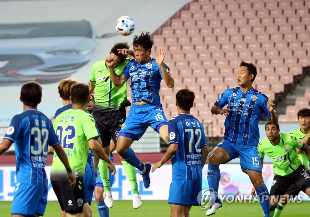 Won Du-jae of Ulsan Hyundai FC (C) tries to head the ball against Jeonbuk Hyundai Motors during a K League 1 match at Jeonju World Cup Stadium in Jeonju, 240 kilometers south of Seoul, on Sept. 15, 2020. (Yonhap)