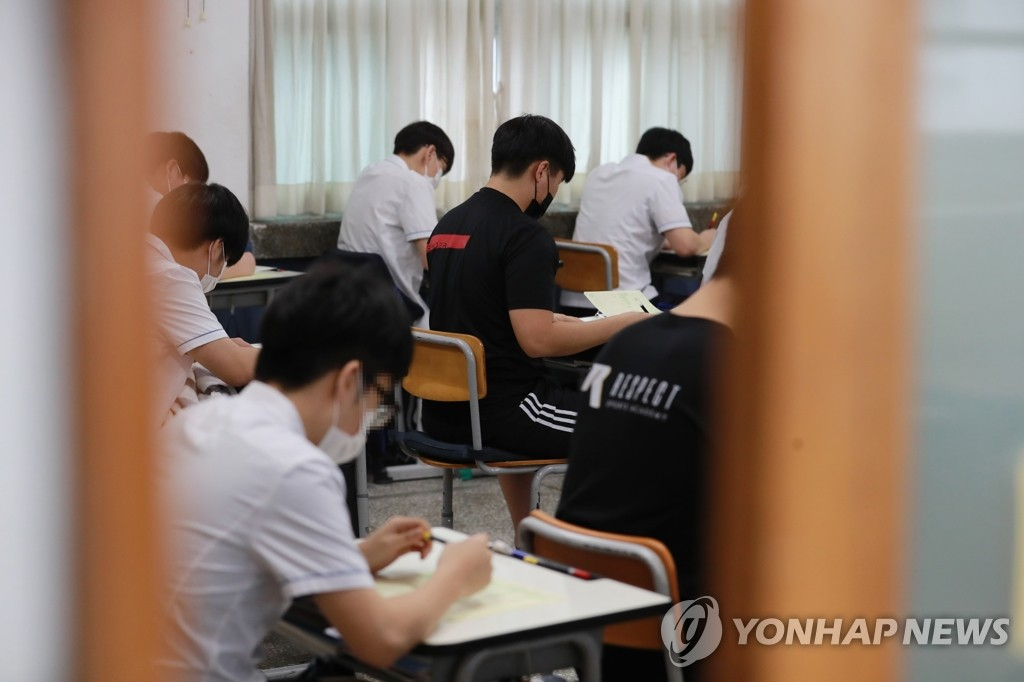 Senior high school students take a mock exam for the College Scholastic Aptitude Test (CSAT) set for December at a high school in the southeastern port city of Busan on Sept. 16, 2020. (Yonhap)