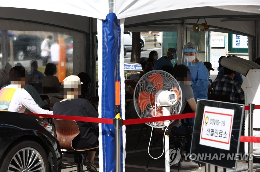Citizens wait to receive new coronavirus tests at a makeshift clinic in southern Seoul on Sept. 21, 2020. (Yonhap)