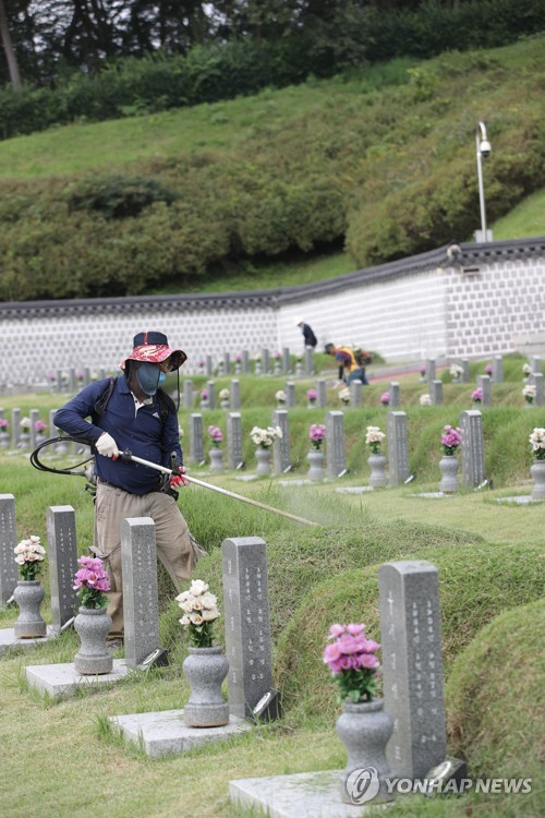 Cleaning democracy fighters' tombs