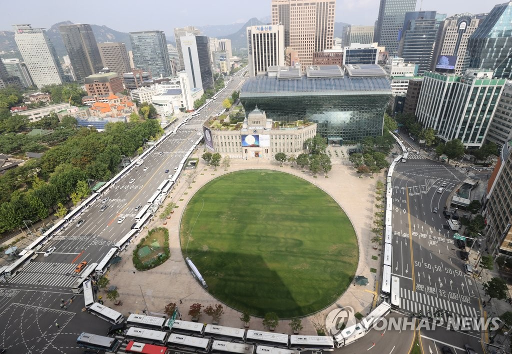 Police buses surround Seoul City Hall as a precaution against mass rallies on Oct. 3, 2020. (Yonhap)