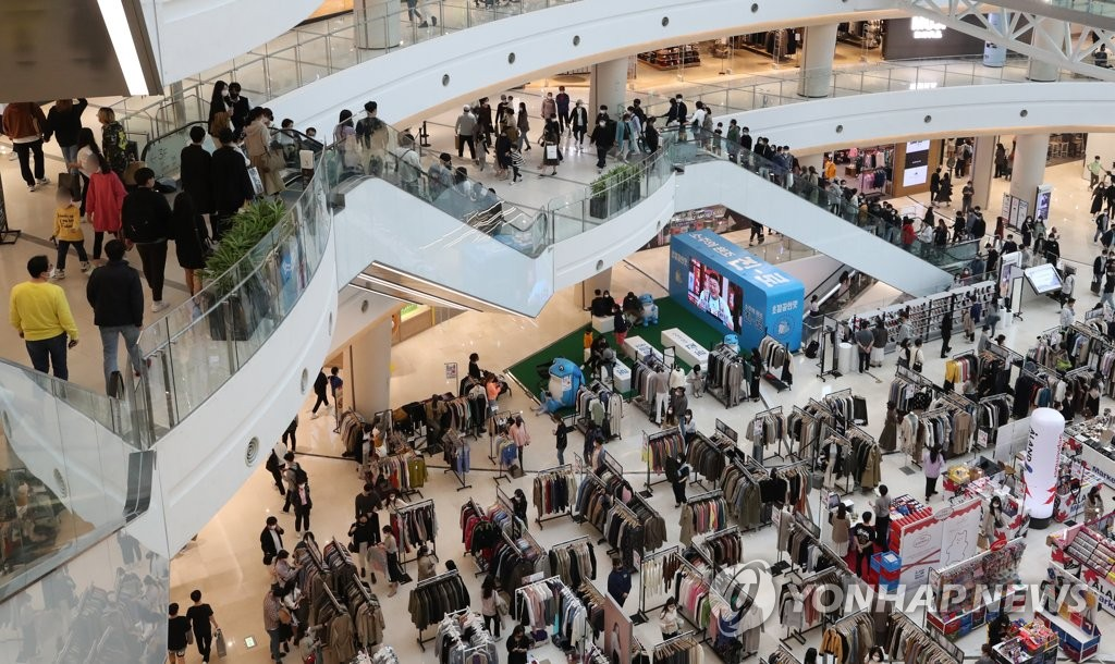 A mall in the western Seoul ward of Yeongdeungpo is busy with weekend shoppers on Oct. 11, 2020. (Yonhap)