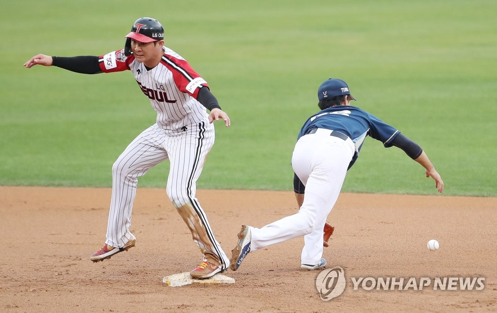 Oh Ji-hwan of the LG Twins (L) beats the throw to second base with the NC Dinos' shortstop No Jin-hyuk on the bag during the bottom of the sixth inning of a Korea Baseball Organization regular season game at Jamsil Baseball Stadium in Seoul on Oct. 11, 2020. (Yonhap)