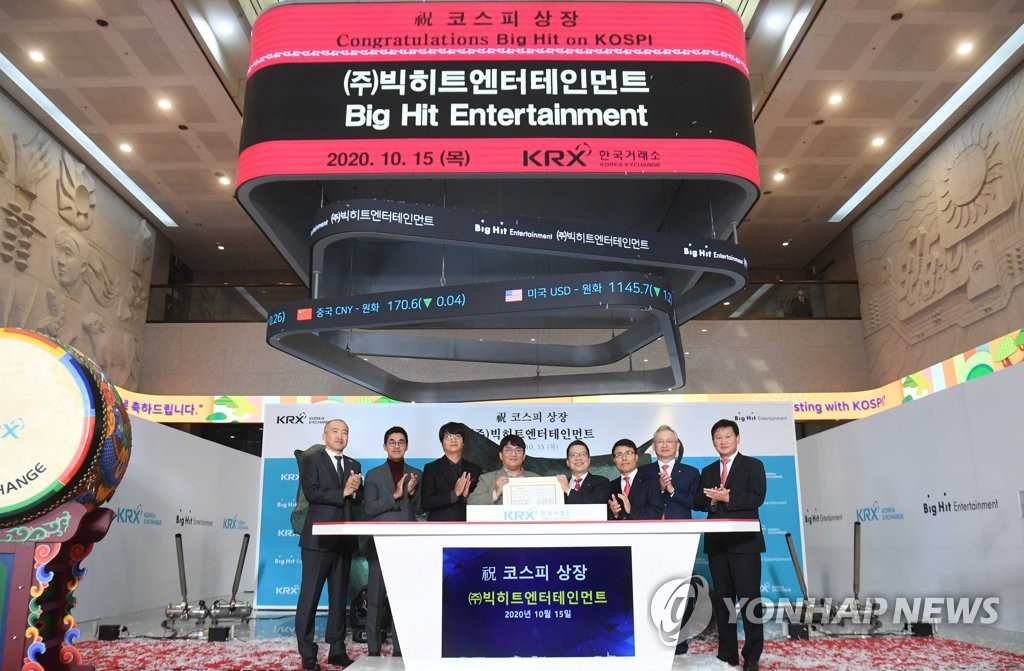 This press pool photo shows Big Hit Entertainment chief Bang Si-hyuk and other officials from the agency-label and the local bourse operator taking part in a ceremony for Big Hit's listing on Korea's main stock market at the Korea Exchange's Seoul office on Oct. 15, 2020. (Yonhap)