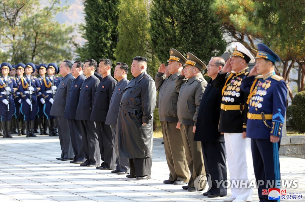North Korea's leader Kim Jong-un (C) visits a cemetery for Chinese soldiers killed in the 1950-53 Korean War in Hoechang, South Pyongan Province, central North Korea, to mark the 70th anniversary of China's entry into the conflict, in which China fought alongside the North, in this photo released by the North's official Korean Central News Agency on Oct. 22, 2020. (For Use Only in the Republic of Korea. No Redistribution) (Yonhap)