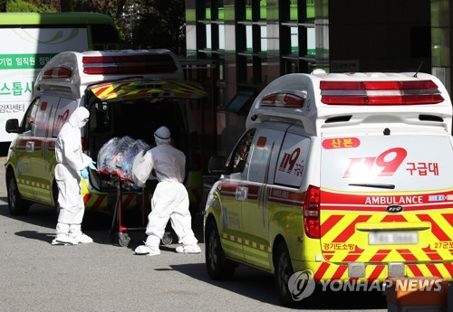 A patient infected with COVID-19 is moved to an ambulance at a hospital in Gunpo, south of Seoul, for treatment on Oct. 22, 2020. (Yonhap)