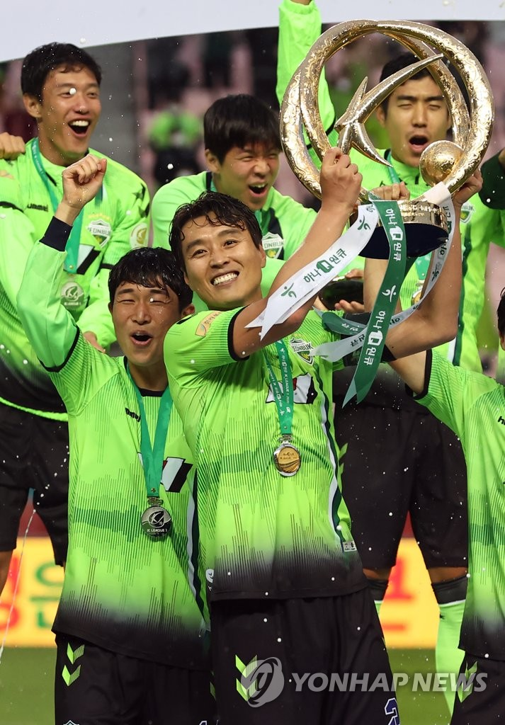 Lee Dong-gook of Jeonbuk Hyundai Motors (C) hoists the K League 1 championship trophy in a ceremony at Jeonju World Cup Stadium in Jeonju, 240 kilometers south of Seoul, on Nov. 1, 2020. (Yonhap)