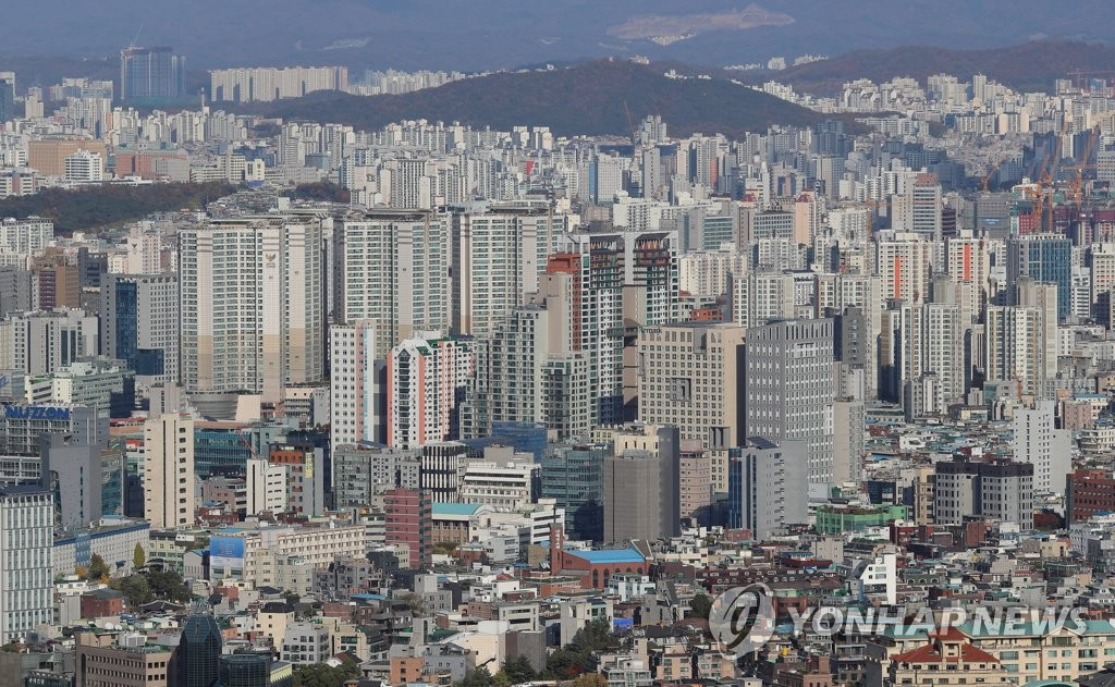 This photo shows apartment complexes in Seoul on April 18, 2021. (Yonhap)