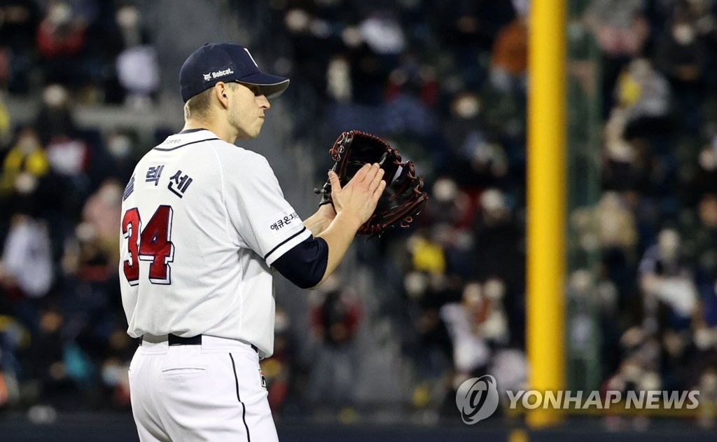 Chris Flexen of the Doosan Bears encourages his teammates after the top of the fifth inning of Game 1 of the Korea Baseball Organization first-round playoff series against the LG Twins at Jamsil Baseball Stadium in Seoul on Nov. 4, 2020. (Yonhap)