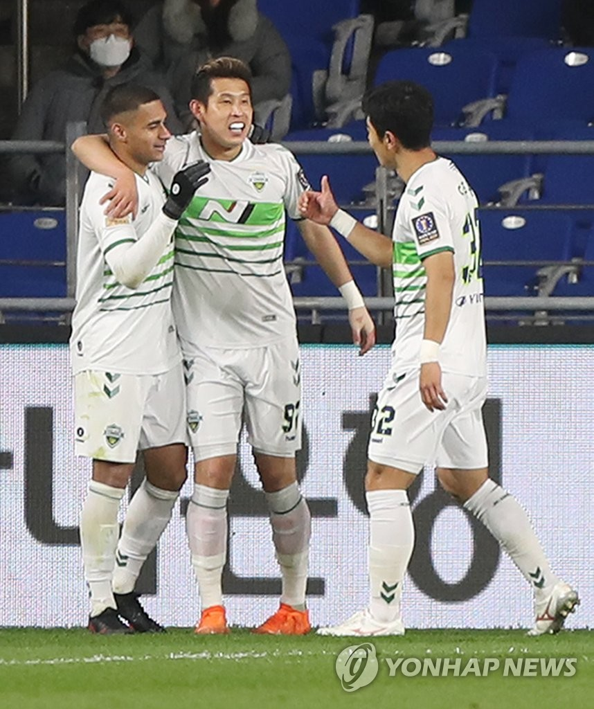 Murilo of Jeonbuk Hyundai Motors (L) is congratulated by teammates Kim Min-hyeok (C) and Lee Ju-yong during the first leg of the FA Cup final at Ulsan Munsu Football Stadium in Ulsan, 415 kilometers southeast of Seoul, on Nov. 4, 2020. (Yonhap)