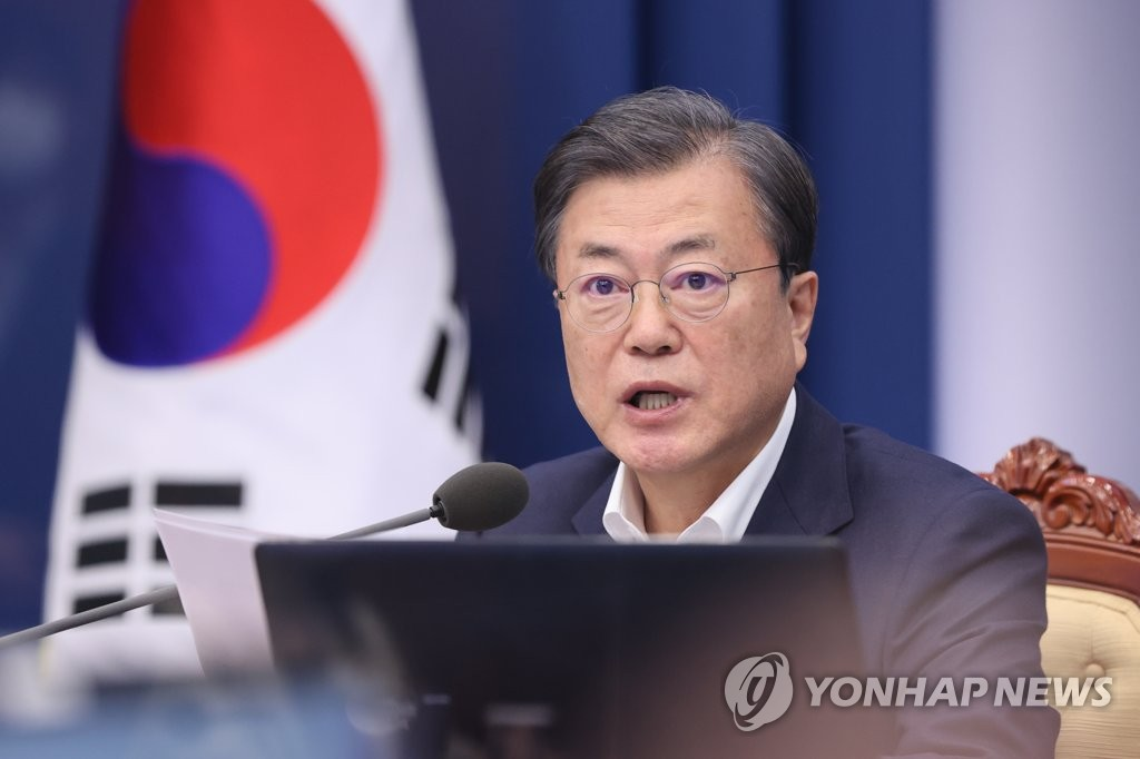 President Moon Jae-in speaks during a meeting with his senior secretaries at Cheong Wa Dae in Seoul on Nov. 9, 2020. (Yonhap)