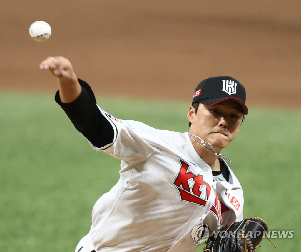 Ju Kwon of the KT Wiz pitches against the Doosan Bears during the top of the seventh inning of Game 1 of the Korea Baseball Organization second-round postseason series at Gocheok Sky Dome in Seoul on Nov. 9, 2020. (Yonhap)